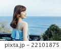 ハワイでドライブを楽しむ女性 22101875