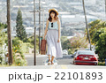 ハワイ旅行中の女性 22101893