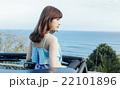 ハワイでドライブを楽しむ女性 22101896