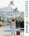 ハワイ旅行中の女性 22101912