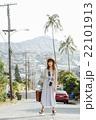 ハワイ旅行中の女性_ 22101913
