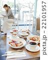 カフェでくつろぐ女性 22101957