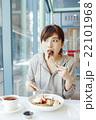 パンケーキを食べる女性 22101968