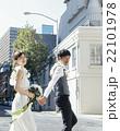 街を歩く新郎新婦 22101978