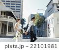 街を歩く新郎新婦 22101981