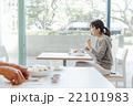 カフェでくつろぐ女性 22101983