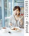 カフェでくつろぐ女性 22101993