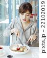 カフェでくつろぐ女性 22102019