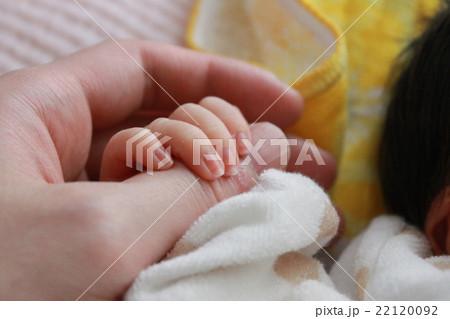 赤ちゃんとお父さんの手 22120092