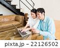 パソコンを見るカップル 22126502