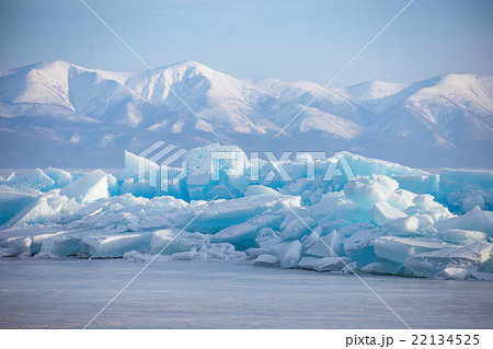 Emerald ice floe on background of mountains 22134525