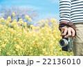 カメラを持つ 22136010
