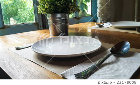 Vintage style white plate prepare for mealの写真素材 [22178009] - PIXTA