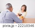 シニアの夫婦(ビール) 22210346