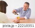 シニアの夫婦(ビール) 22210351