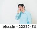 鼻をおさえる男性 22230458