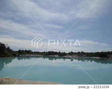インドネシア ブリトゥン島 カオリン湖~Kaolin Lake~ 太陽光で水面の色が変わる美しい湖 22231036