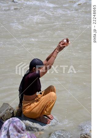 ガンジス川で祈る女性 22248665
