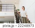 階段に立つ女性(20代) 22248973