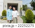 家の前に立つ夫婦 22252275