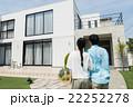 家を見上げる夫婦 22252278