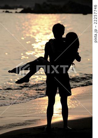 夕日の海でお姫様だっこするカップル 22257746