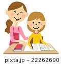 こどもに勉強を教えるお母さん 22262690