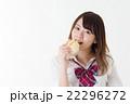 女子高生 メロンパン 食べるの写真 22296272