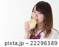 女子高生 メロンパン 食べるの写真 22296389