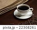 コーヒーとそれを挟むように置かれた麻袋とコーヒー豆 横からアップ 22308261