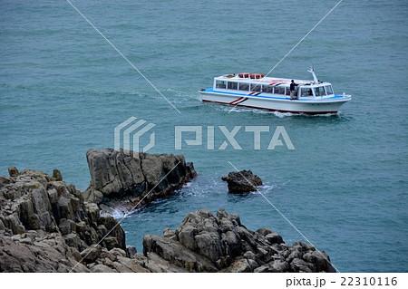 東尋坊・展望台から見た、断崖すれすれに進む遊覧船(1) 22310116