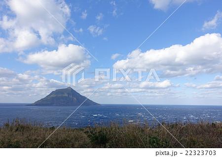 八丈島の北西から眺める八丈小島...