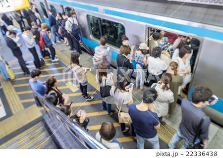 電車事故で混雑する駅のホーム ぼかし 22336438