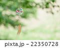 夏の風物詩 風に揺らぐ金魚柄の風鈴 22350728