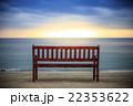 夕暮れのビーチとベンチ 22353622