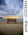 夕暮れのビーチとベンチ 22353624