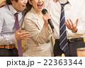 カラオケで盛り上がる会社帰りの日本人男女  22363344