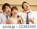 カラオケで盛り上がる会社帰りの日本人男女  22363345