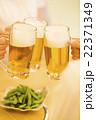 居酒屋で乾杯する若い男女 22371349