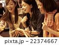 市場を観光する女性たち 22374667