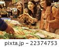 市場を観光する女性たち 22374753
