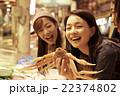 市場を観光する女性たち 22374802