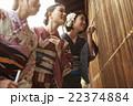 着物で観光する女性たち 22374884