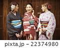 着物で観光する女性たち 22374980
