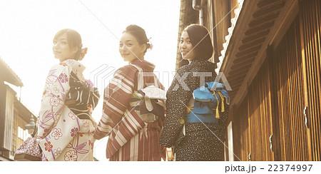 着物で観光する女性たち 22374997