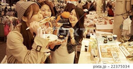 市場を観光する女性たち 22375034