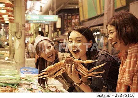 市場を観光する女性たち 22375116