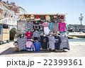 ヴェネツィアの海沿いに立つ出店 22399361