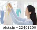 洗濯物を干す日本人女性 22401200