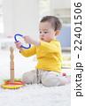 輪投げで遊ぶ男の子 22401506